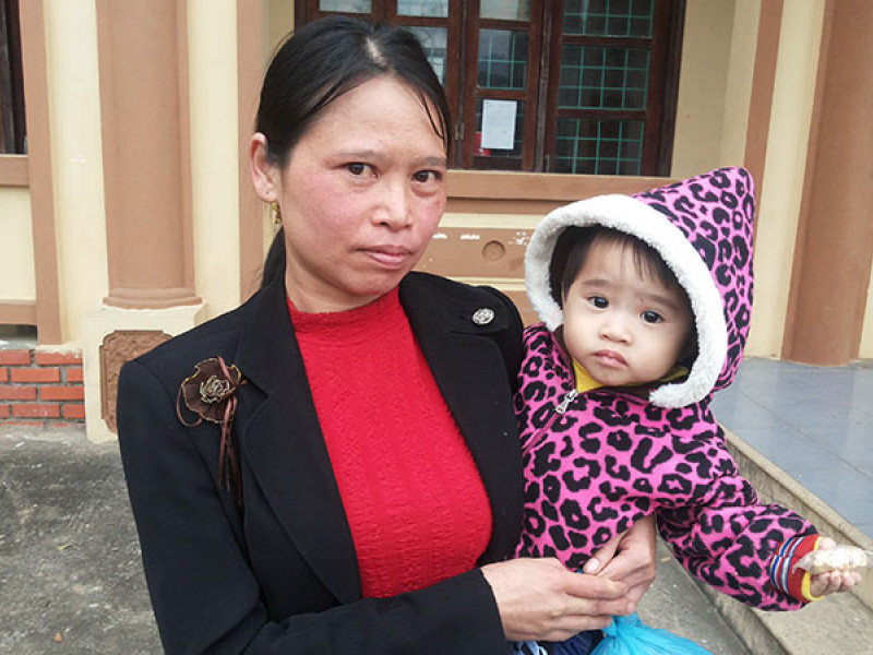 A woman and her baby who benefited from a cash transfer in Vietnam