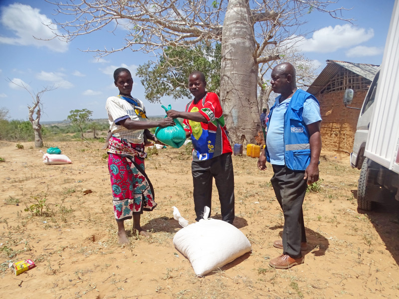 Weighing maize - Aid