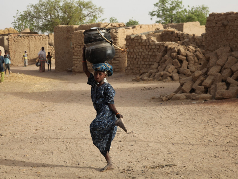 Girl in Niger caries water for her family