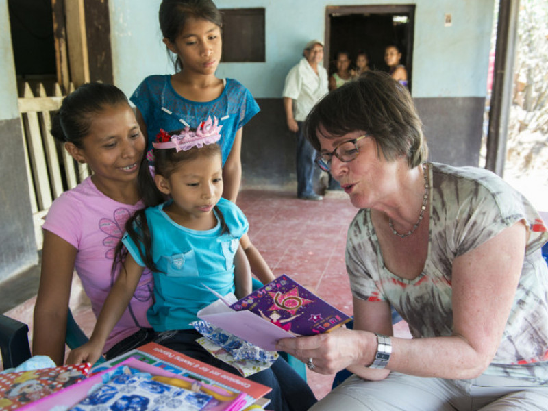 Coby Viergever reads 6th birthday card to her sponsored child Esteyedí at her home