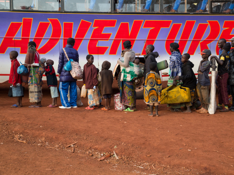 Burundian refugees queue to board bus to Nduta camp