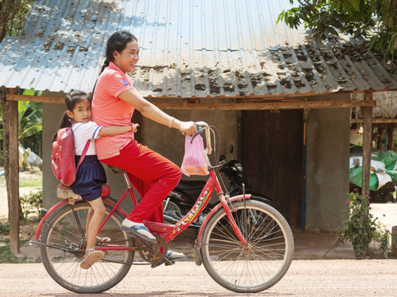 Lem-la-taking-her-daughter-to-school-by-bike