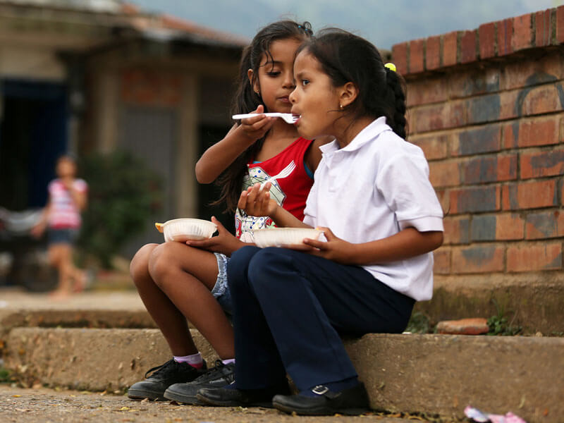 Two-friends-sharing-a-meal-in-Cauca-Valley
