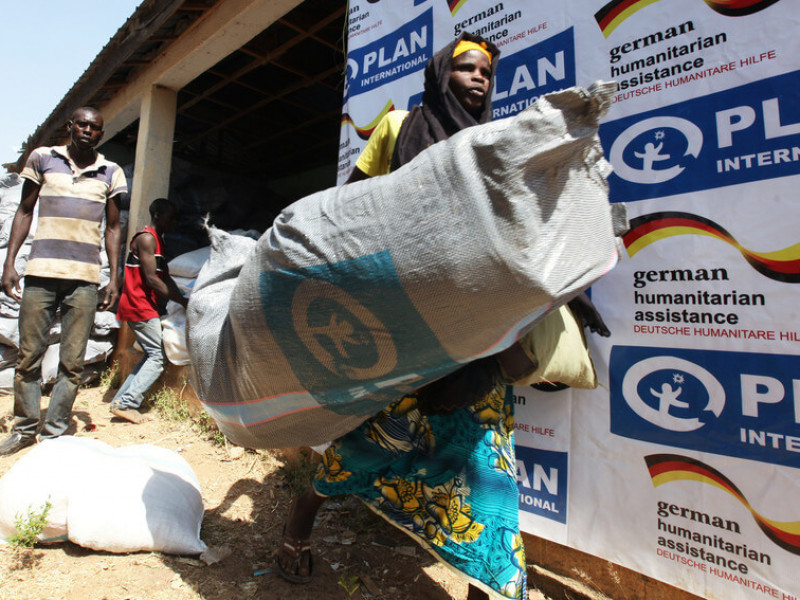 A woman receiving aid from Plan International during Nigeria's food crisis