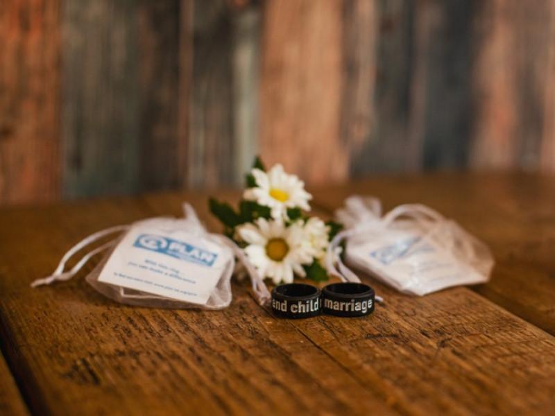 Plan wedding favours