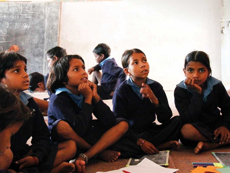 Children-in-school-reading-India